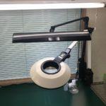 椅子に座りながらの拡大鏡での外観検査